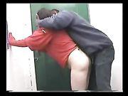Femme blanche rend le sexe avec un collègue noir