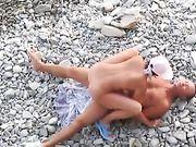 Un couple russe fait le sexe à la plage