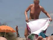 Femme nue sur la plage de voyeur