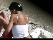 Femmes seins nus à la plage