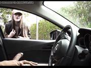 Une fille blanche regarde un homme se masturber dans la voiture