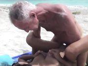 Sexe et pipe sur une plage publique avec une femme asiatique sexy